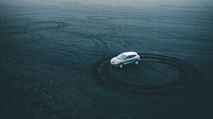 Превью обои машина, дрифт, площадка, песок, следы, круги