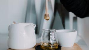 Превью обои мед, чашка, чайник, рука