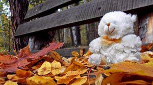 Превью обои мишка, игрушка, одиночество, осень, скамейка, листья
