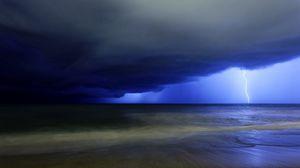 Превью обои молния, удар, небо, синее, хмурое, облака, тучи, грозовые, море