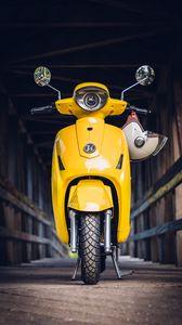 Превью обои мопед, скутер, шлем, желтый, вид спереди