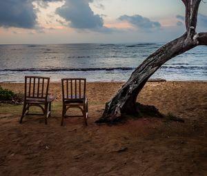 Превью обои море, берег, стулья, вид, сумерки, пейзаж