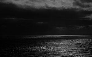 Превью обои море, горизонт, чб, пасмурно, облака, рябь