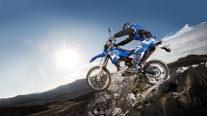 Превью обои мотоцикл, камни, экстрим, yamaha, синий