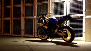Превью обои мотоцикл, вечер, двор