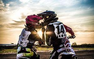 Превью обои мотокросс, поцелуй, любовь, мото, спорт, закат
