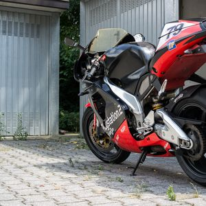 Превью обои мотоцикл, байк, красный, черный, стоянка