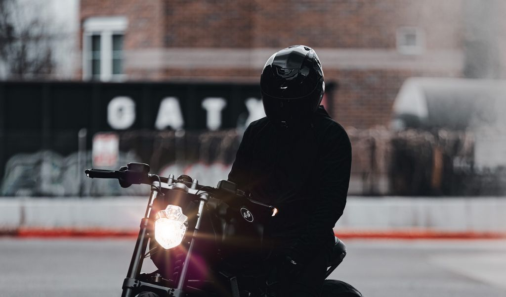 1024x600 Обои мотоцикл, байк, мотоциклист, черный, свет, дорога