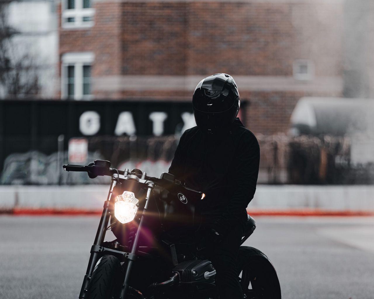 1280x1024 Обои мотоцикл, байк, мотоциклист, черный, свет, дорога