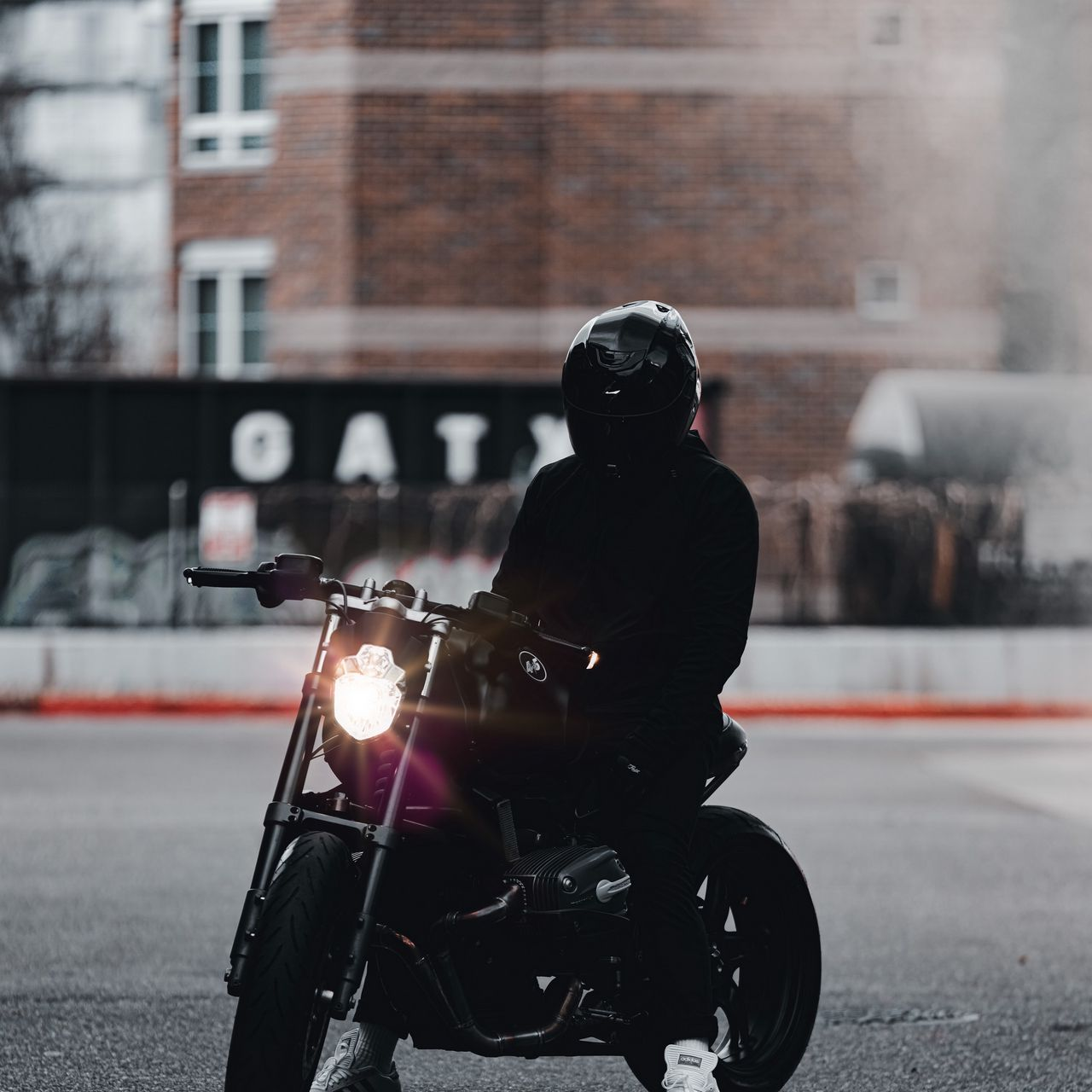 1280x1280 Обои мотоцикл, байк, мотоциклист, черный, свет, дорога