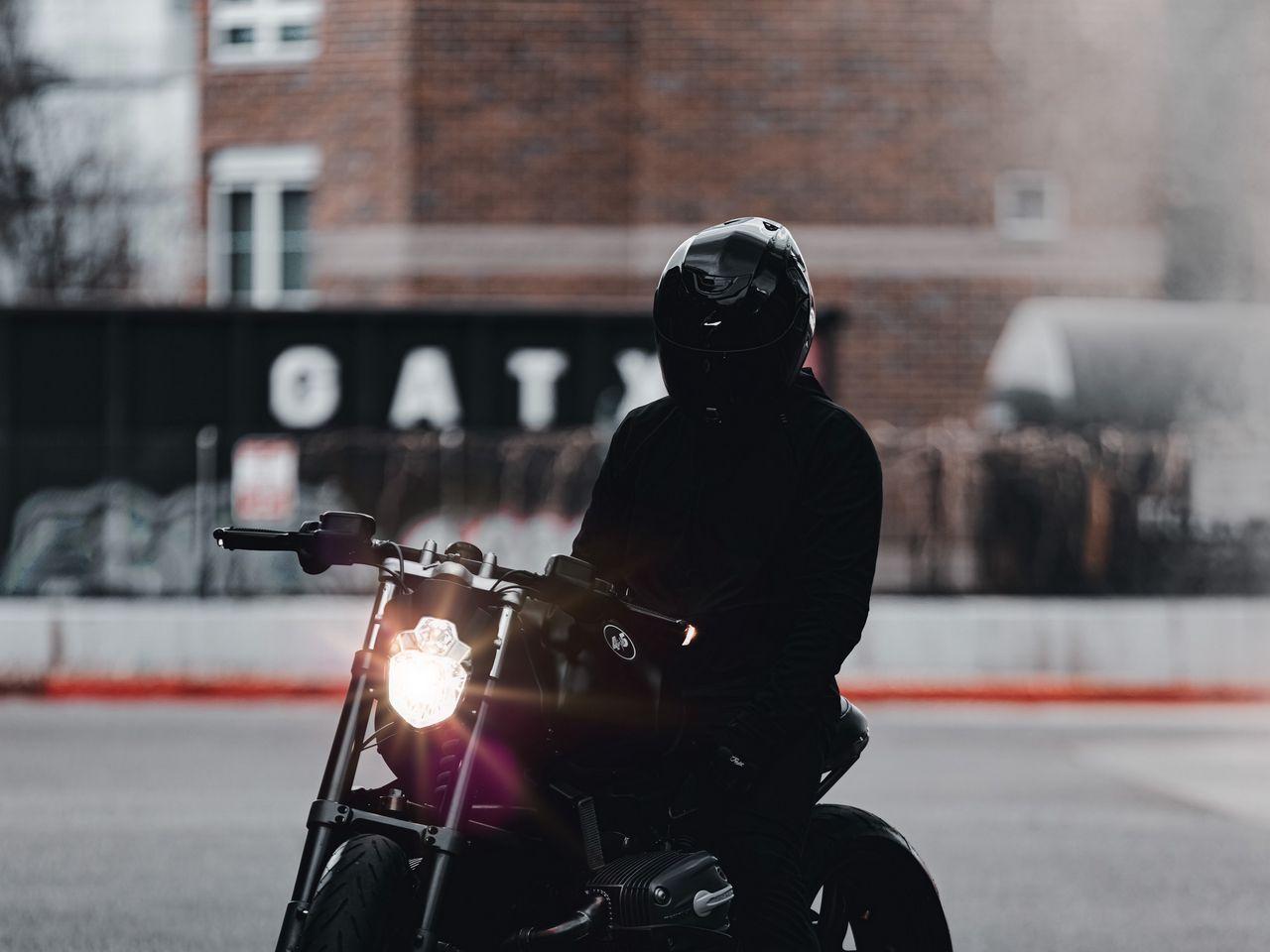 1280x960 Обои мотоцикл, байк, мотоциклист, черный, свет, дорога