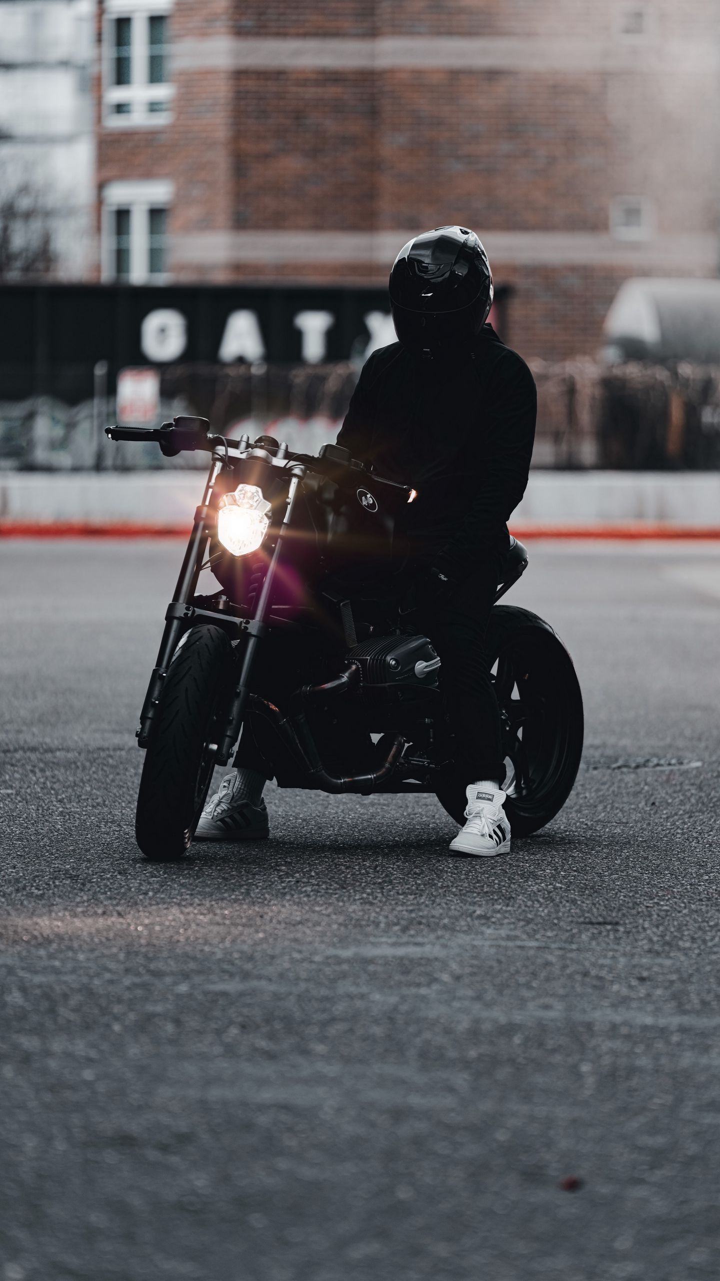 1440x2560 Обои мотоцикл, байк, мотоциклист, черный, свет, дорога
