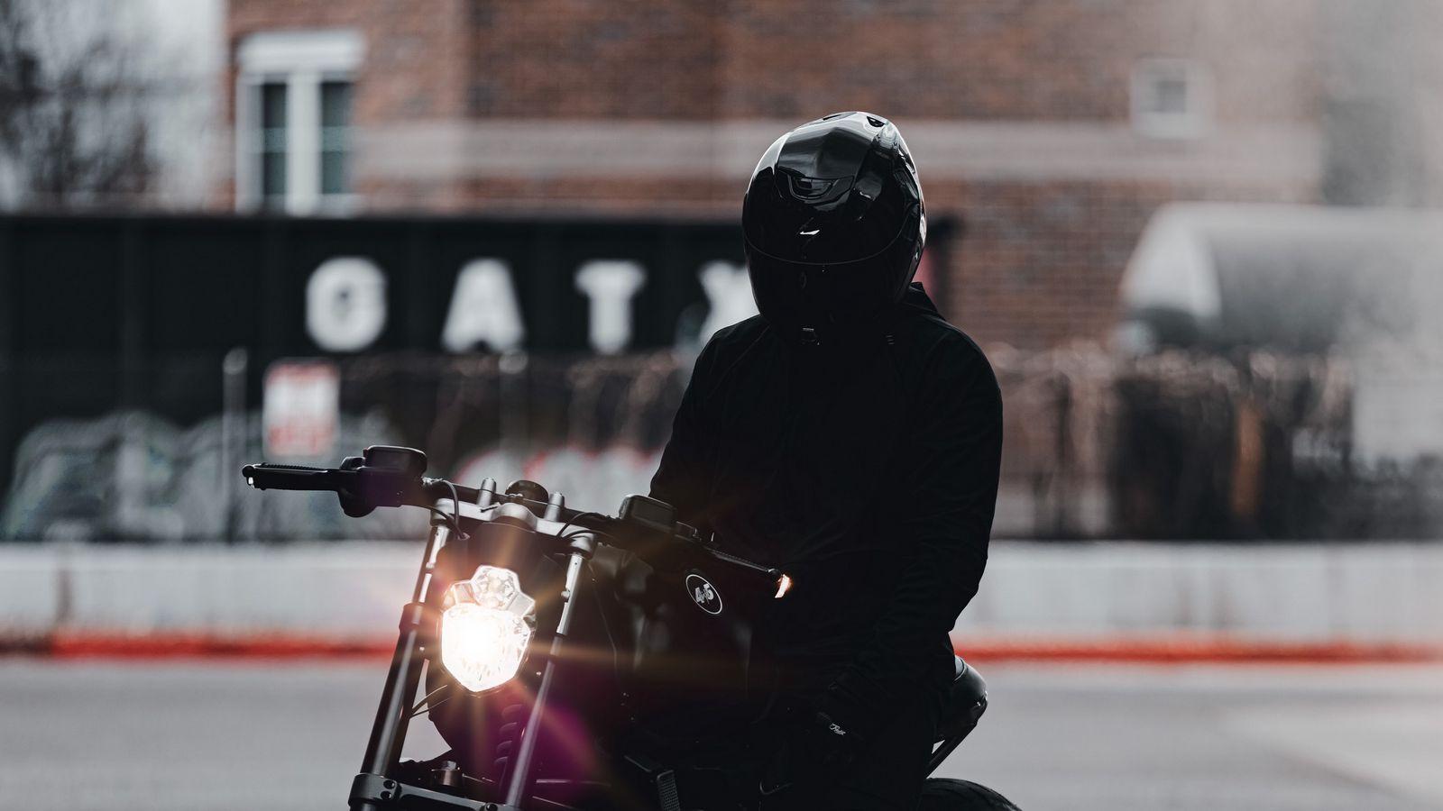 1600x900 Обои мотоцикл, байк, мотоциклист, черный, свет, дорога