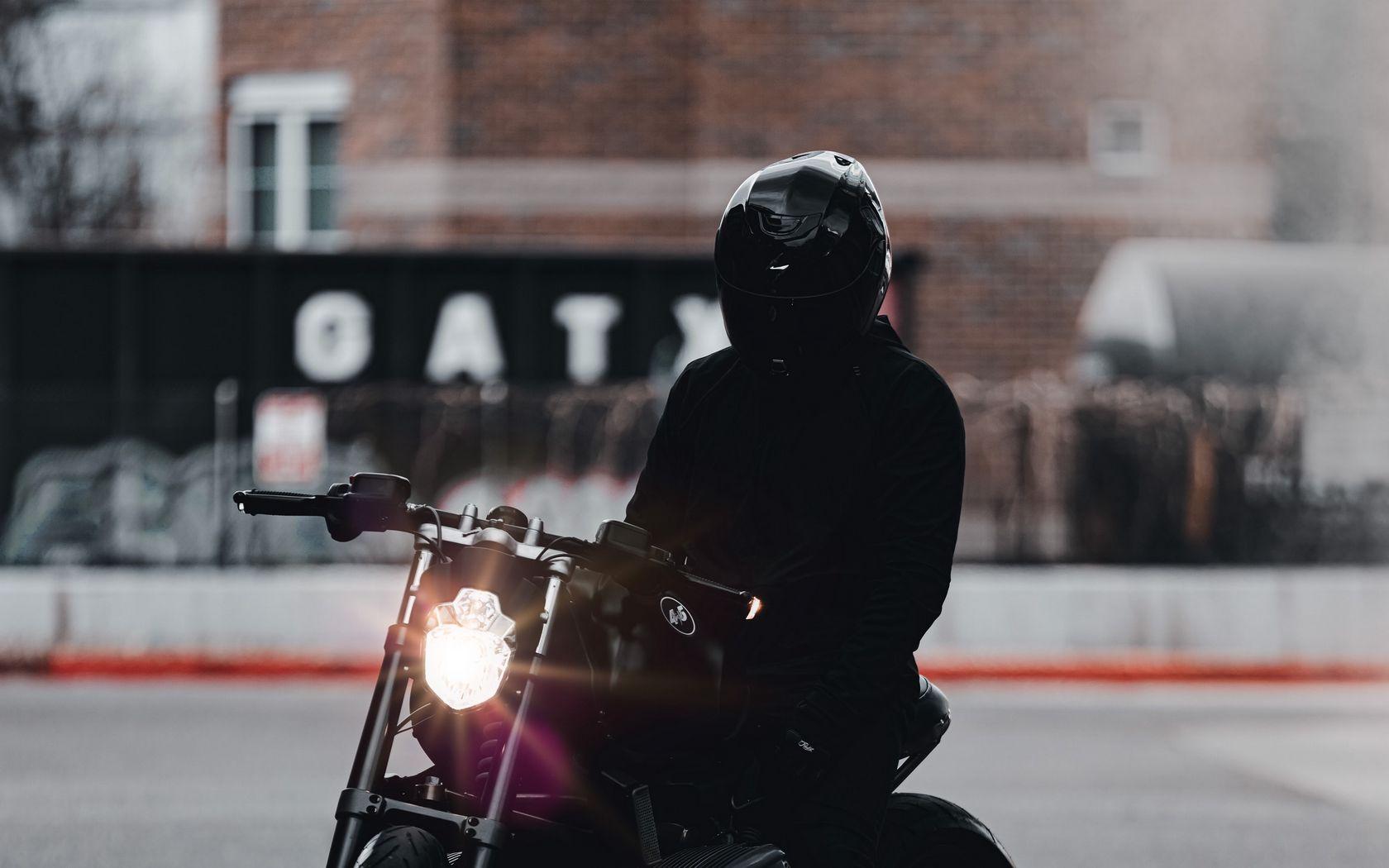 1680x1050 Обои мотоцикл, байк, мотоциклист, черный, свет, дорога