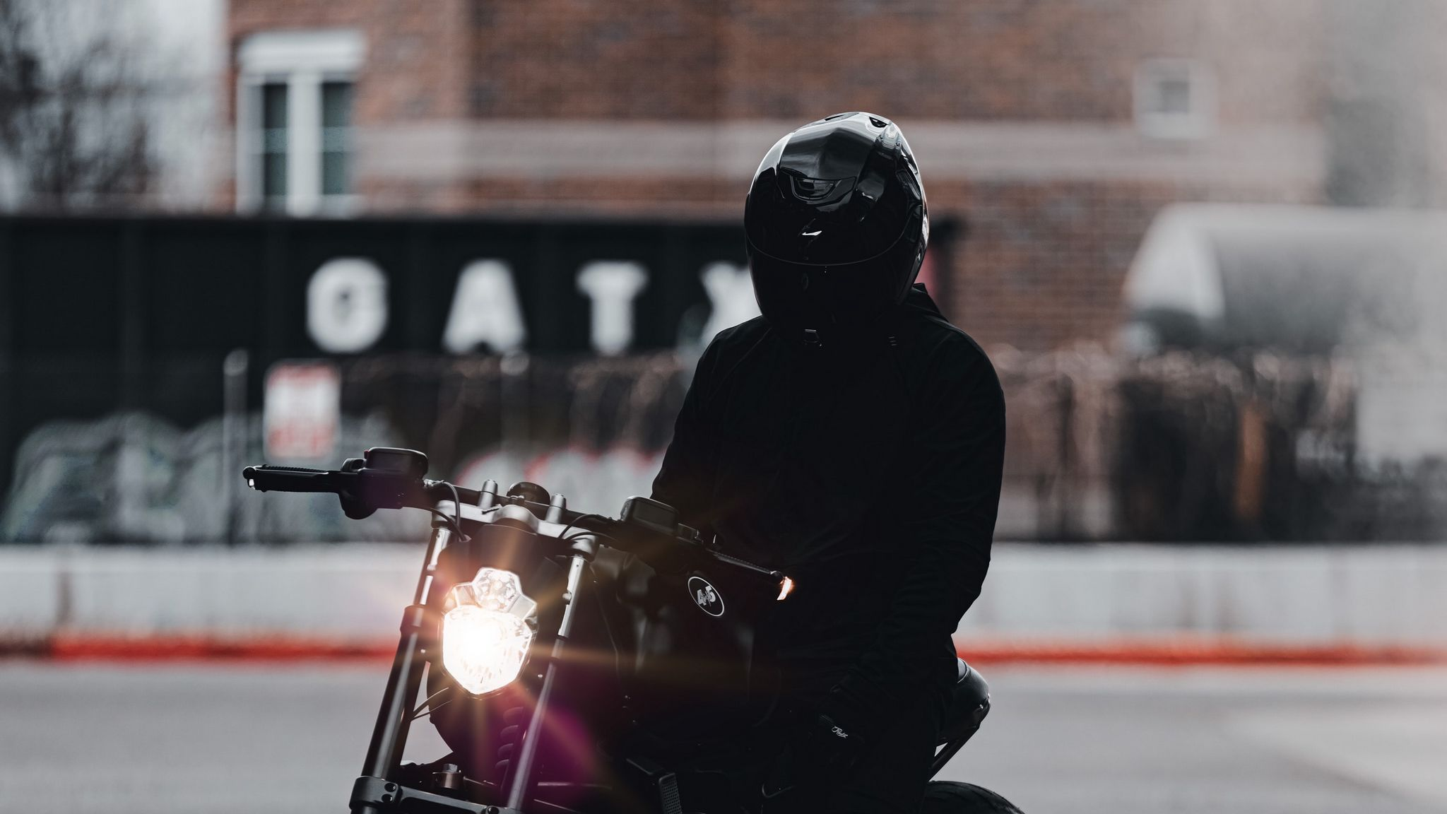 2048x1152 Обои мотоцикл, байк, мотоциклист, черный, свет, дорога