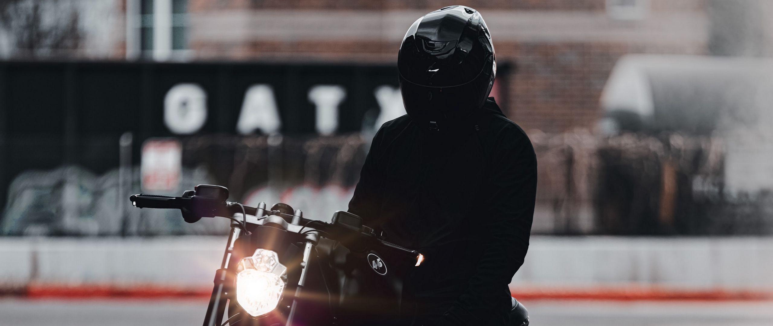 2560x1080 Обои мотоцикл, байк, мотоциклист, черный, свет, дорога