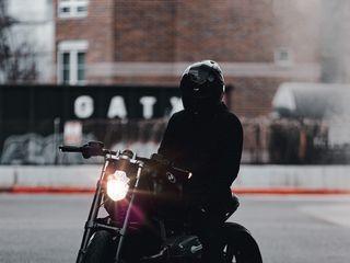 320x240 Обои мотоцикл, байк, мотоциклист, черный, свет, дорога