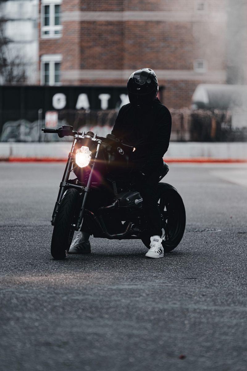 800x1200 Обои мотоцикл, байк, мотоциклист, черный, свет, дорога