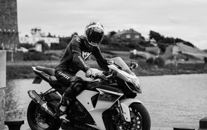 Превью обои мотоцикл, байк, мотоциклист, шлем, черно-белый, мото