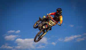 Превью обои мотоцикл, байк, мотоциклист, трюк, прыжок, небо