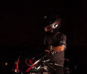 Превью обои мотоцикл, мотоциклист, шлем, темнота