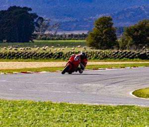 Превью обои мотоцикл, мотоциклист, скорость, гонка, трасса