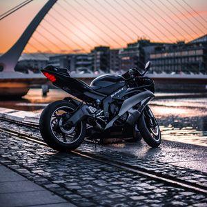 Превью обои мотоцикл, вид сбоку, байк, город, размытость