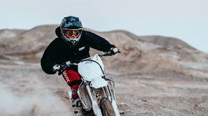 Превью обои мотоциклист, гонки, мотоспорт, шлем