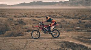 Превью обои мотоциклист, мотоспорт, песок
