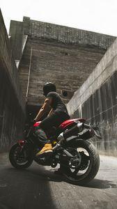 Превью обои мотоциклист, мотоцикл, шлем, стены, бетонный