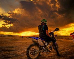 Превью обои мотоциклист, мотоцикл, закат