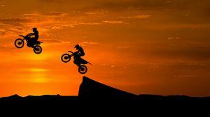 Превью обои мотоциклист, силуэты, трюк, возвышенность