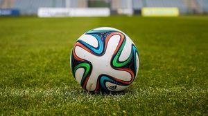 Превью обои мяч, футбол, поле, трава