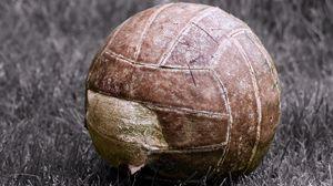 Превью обои мяч, футбол, старый, рваный