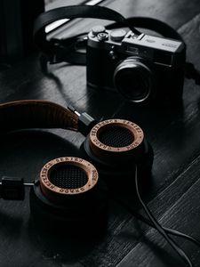 Превью обои наушники, фотоаппарат, ретро, стол, темный, аудио