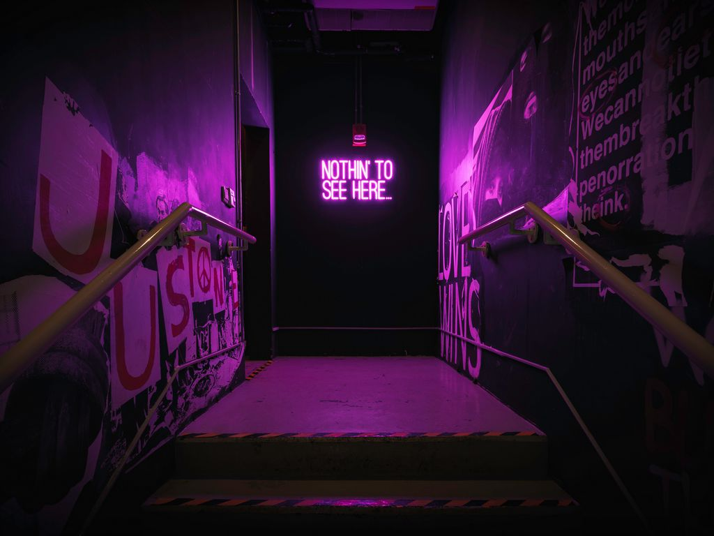 1024x768 Обои неон, надпись, стена, фиолетовый, подсветка