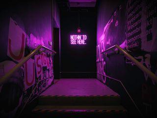 320x240 Обои неон, надпись, стена, фиолетовый, подсветка