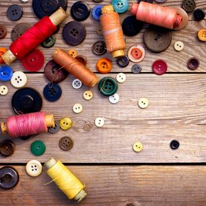 Превью обои нитки, ссср, пуговицы, шитьё, деревянный фон