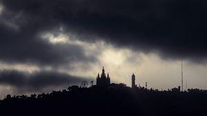 Превью обои ночь, облака, пасмурно, здания, дом-музей гауди, барселона