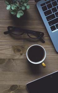 Превью обои ноутбук, чашка, очки, растение