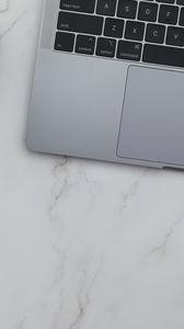 Превью обои ноутбук, клавиатура, мрамор, эстетика