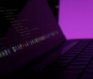 Превью обои ноутбук, клавиши, код, программирование, фиолетовый