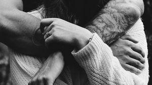 Превью обои объятия, любовь, пара, руки, чб