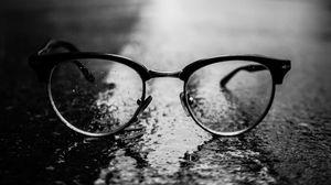 Превью обои очки, чб, крупным планом, темный