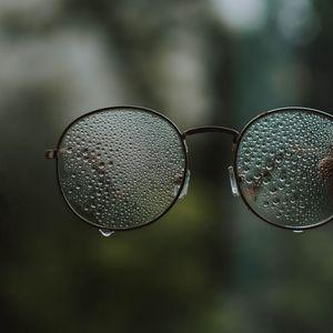 Превью обои очки, капли, стекло, размытость