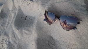 Превью обои очки, песок, отражение