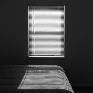 Превью обои окно, свет, комната, полосы, черно-белый