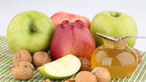 Превью обои орехи, яблоки, мед, сладости