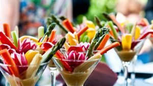 Превью обои овощи, коктейль, кукуруза, морковь, редис, соус