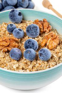Превью обои овсянка, ягоды, орехи, миска, завтрак